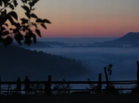 La nebbia in valle all'alba